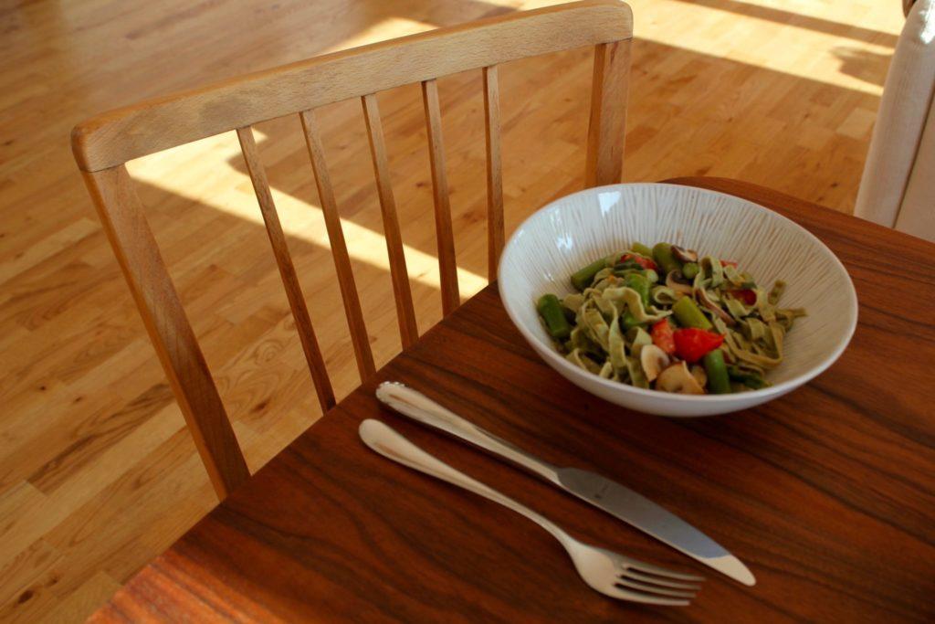 veganes Gericht, grüner Spargel